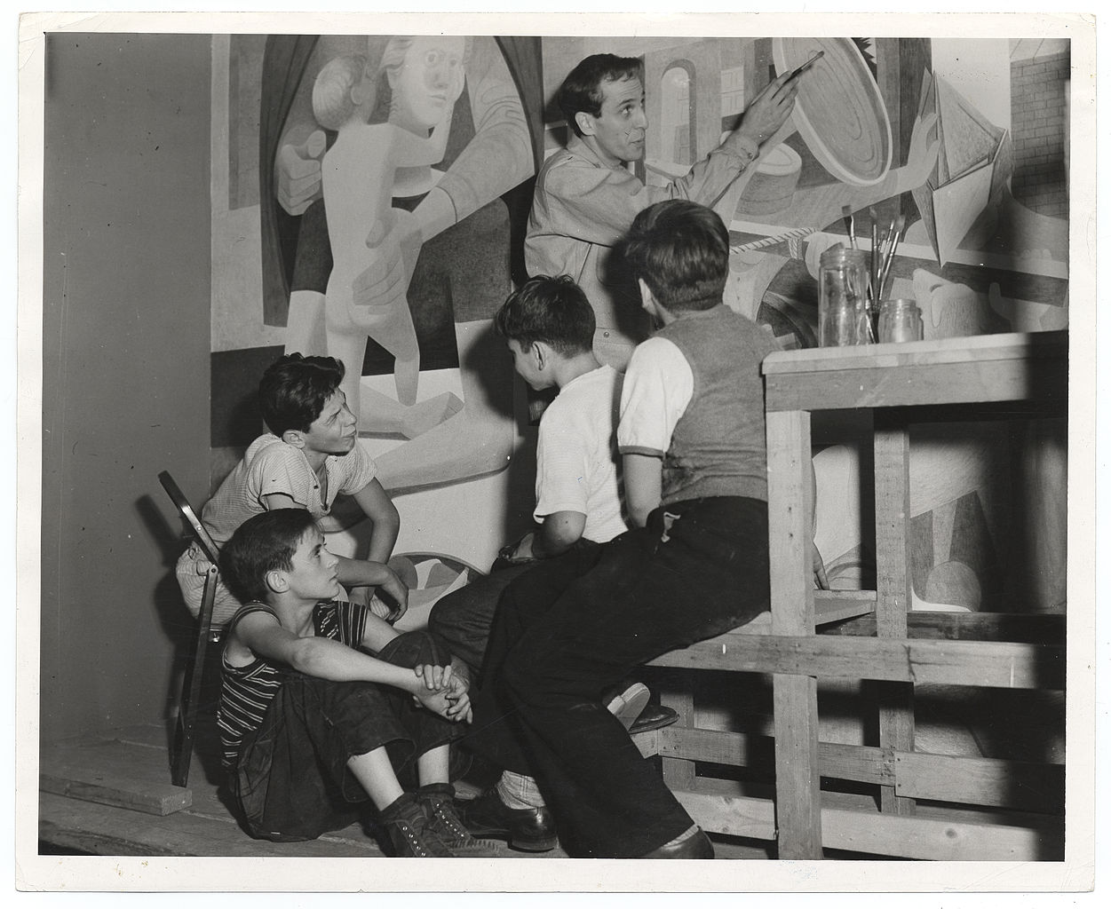 Philip Guston peinant devant un groupe d'enfants (Archives of American Art)