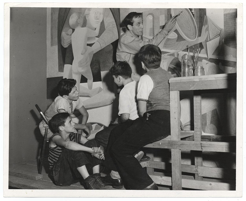 Philip Guston peinant devant un groupe d'enfants (Archives of American Art)